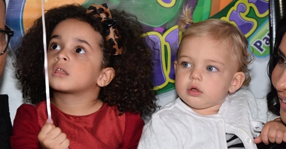01.jul.2014 - Giulia, filha de Scheila Carvalho e Tony Salles,  e Brenda, filha de Sheila Mello e do ex-nadador Xuxa