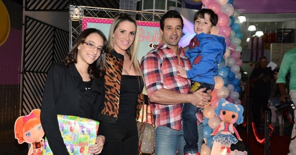 01.jul.2014 - Marcos Oliver e a mulher, Faby Monarca, vão com os filhos ao  aniversário de quatro anos de Giulia, filha de Sheila Carvalho e Tony Salles