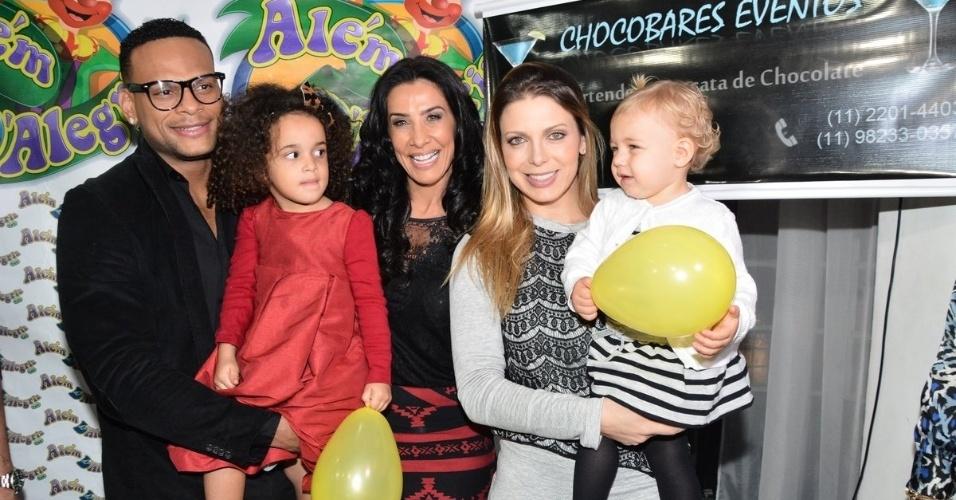 01.jul.2014 - Tony Salles e Scheila Carvalho comemoram o aniversário de 4 anos de Giulia, em São Paulo. Sheila Mello, ex-companheira de É o Tchan, levou a filha, Brenda