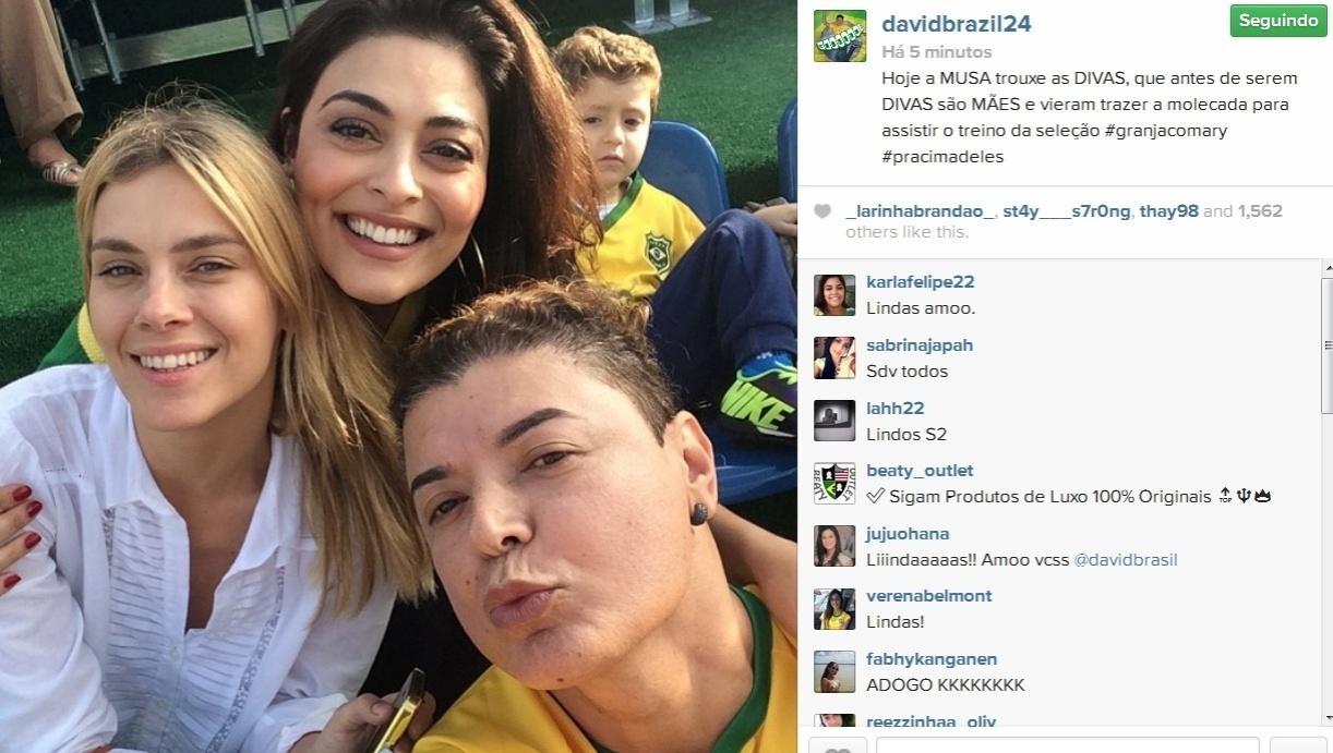 01.jul.2014- Carolina Dieckmann, Juliana Paes e David Brazil assistem ao treino da Seleção Brasileira na Granja Comary, em Teresópolis: