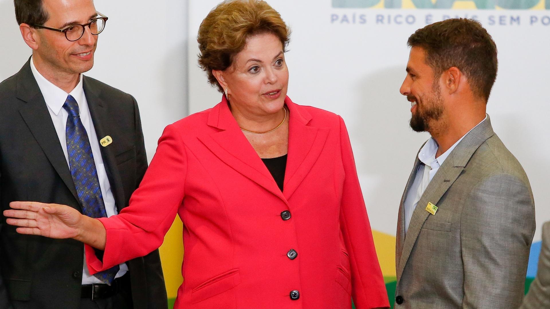1.jul.2014 - A presidente Dilma Rousseff cumprimenta o ator Cauã Reymond durante cerimônia de lançamento do programa Brasil de Todas as Telas, de incentivo à produção audiovisual