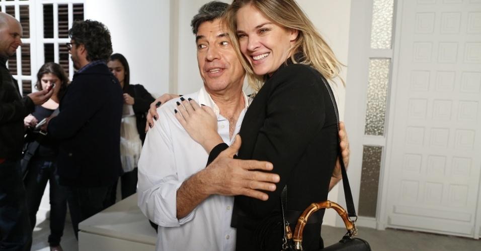 """1.jul.2014 - Ator Paulo Betti posa com Letícia Birkheuer no lançamento de """"Império"""""""