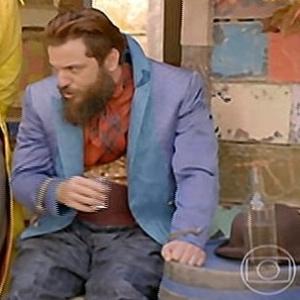 """1.jul.2014 - Em """"Meu Pedacinho de Chão"""", Pedro Falcão (Rodrigo Lombardi) aparece segurando um copo e ao lado de uma garrafa"""