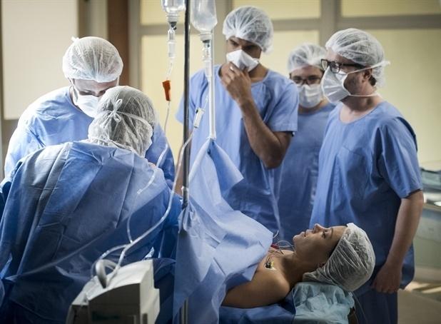 1.jul.2014 - Jairo (Marcello Melo Jr.), Felipe (Thiago Mendonça) e Nando (Leonardo Medeiros) assistem ao parto de Juliana (Vanessa Gerbeli)