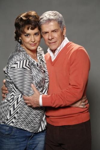 """1.jul.2014 - Os atores Suzy Rêgo e José Mayer posam abraçados no lançamento da novela """"Império"""", da Globo"""