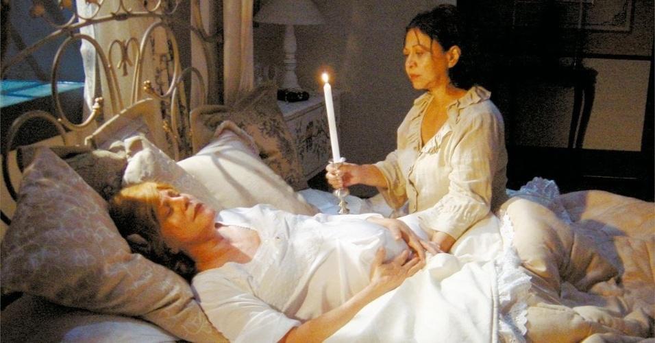 """2004 - As atrizes Lucinha Lins (deitada) e Manoelita Lustosa em cena de """"Esmeralda"""", novela do SBT"""