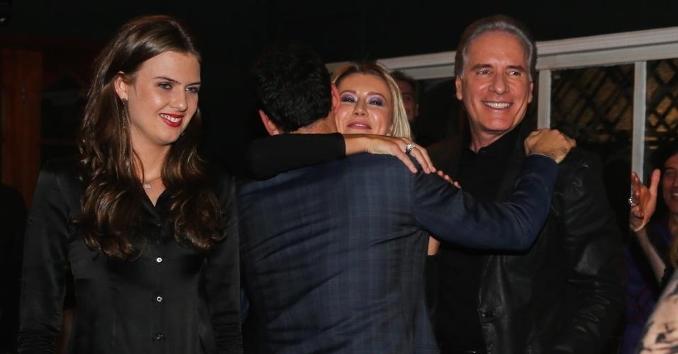 30.jun.2014 - César Tralli cumprimenta a modelo Ana Paula Siebert, namorada de Roberto Justus, no aniversário de Otavio Mesquita em um restaurante nos Jardins, na zona sul de São Paulo