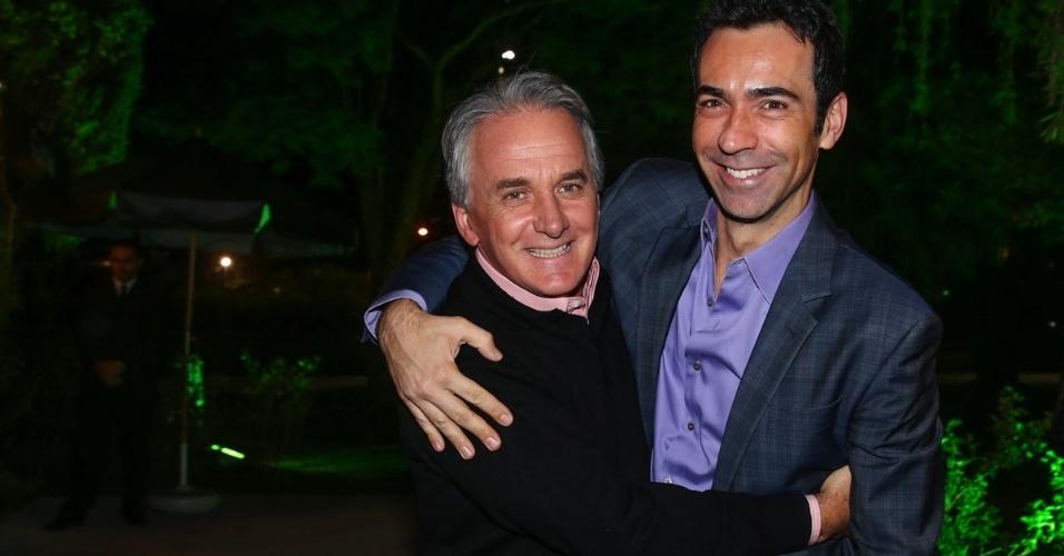 30.jun.2014 - Otavio Mesquita recebe César Tralli em seu aniversário em um restaurante nos Jardins, na zona sul de São Paulo