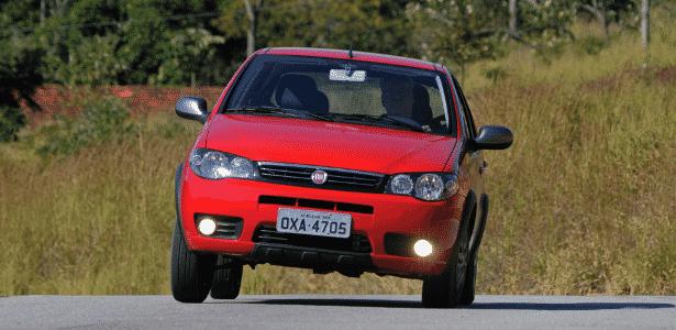 Alguns carros vendidos no país, como o Palio Fire, passam longe de ter o equipamento - Murilo Góes/UOL