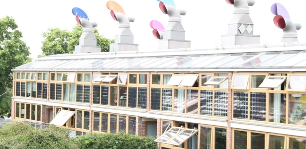 As portas e janelas de vidro facilitam a entrada de luminosidade e o telhado capta a energia solar - Divulgação