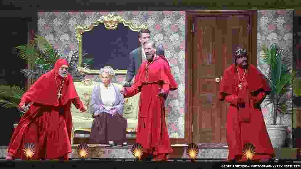 1.jul.2014 - Monty Python estreia na Arena O2 um espetáculo reunindo os membros sobreviventes do grupo, John Cleese, Eric Idle, Terry Jones, Michael Palin e Terry Gilliam - Geoff Robinson Photography/REX