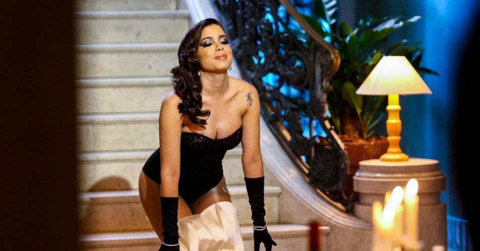 """1.jul.2014 - Sensual, Anitta grava clipe de sua nova música, """"Na Batida"""", primeiro single do novo trabalho da carioca, o DVD ao vivo """"No Meu Lugar"""""""
