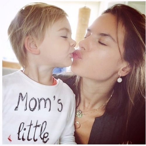 2.jul.2014 - Alessandra Ambrósio dá um beijo no filho Noah, de 6 anos. O menino é fruto do casamento da modelo com Jamie Mazur. Eles também são pais de Anja, de 2 anos