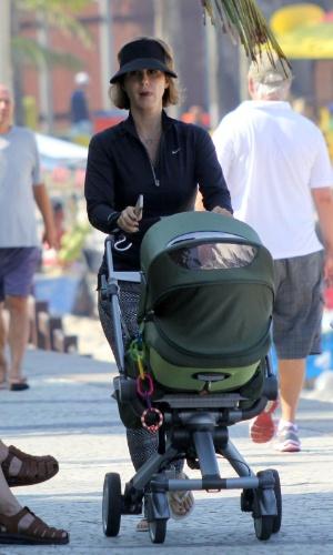 2.jul.2014 - Guilhermina Guinle passeia com a filha pela orla do Arpoador