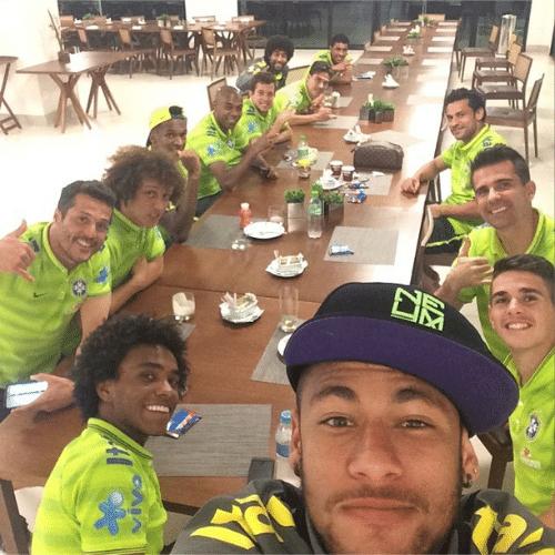 2.jul.2014 - Neymar Jr mostra o jantar dos jogadores da seleção brasileira em uma selfie feita no refeitório da Granja Comary, na região serrana do Rio