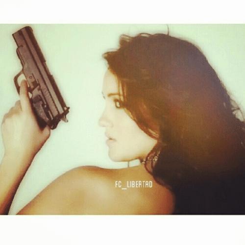 2.jun.2014 - A atriz mexicana Dulce María publicou uma foto em seu Instagram na qual aparece segurando uma arma de fogo