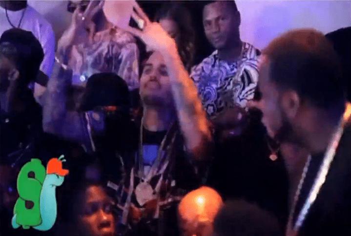Chris Brown faz sinais com as mãos símbolo de uma gangue americana