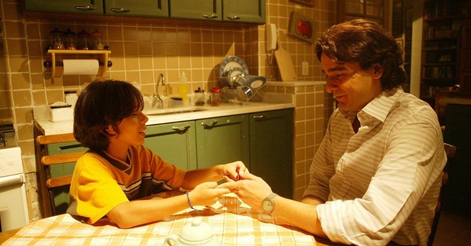 """Em """"Celebridades"""" (2004), o jornalista Cristiano (Alexandre Borges) começa a beber quando perde a mulher. O personagem, que chegou a dormir nas sarjetas do Andaraí, tinha o apoio de Noêmia (Julia Lemmertz) e de seu filho Zequinha (Bruno Abrahão)"""