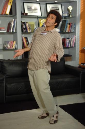 """Em """"Duas Caras"""" (2007), Zé da Feira (Eri Johnso) é um feirante pagodeiro, que apresenta um sério problema com a bebida. É casado com Amélia (Josie Antello), a companheira fiel por curar as ressacas do marido"""