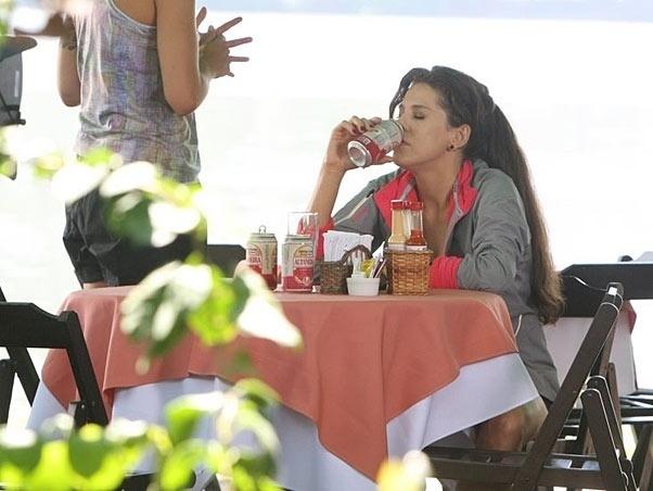 """Em """"Viver a Vida"""" (2009), Renata (Bárbara Paz) namora Miguel (Mateus Solano) e sonha em ser atriz ou modelo, mas não consegue nenhuma oportunidade. Desequilibrada, ela exagera na bebida alcoólica e sofre com crises de hipoglicemia"""