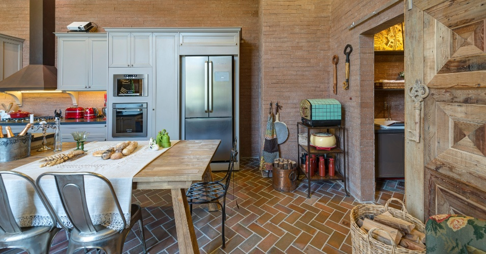 Na Cozinha e Lavanderia, a arquiteta Adriana Giacometti utilizou no piso as cerâmicas (Lepri) em uma paginação
