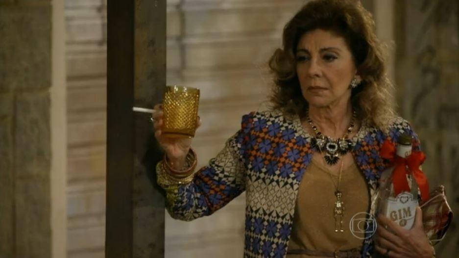 """Na série """"Pé na Cova"""" (2013), Marília Pera é Darlene, a maquiadora de defunto e alcoólatra"""