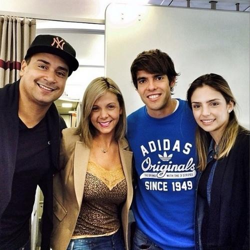 O cantor Xandy, do Harmonia do Samba, fez um registro de seu encontro e da mulher Carla Perez com o jogador Kaká e a esposa Carol Celico