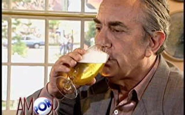 """Orestes (Paulo José) era a vergonha da filha Maria Eduarda (Gabriela Duarte) na novela """"Por Amor"""" (1997). Ele deu o maior vexame em seu casamento e ainda vivia às custas de sua mulher, já que não conseguia parar em nenhum emprego"""