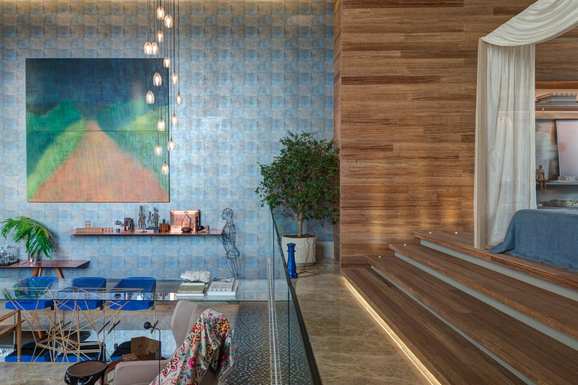 Próxima ao quarto com piso e paredes revestidos de bambu, a sala de jantar do loft Casa³, projetado por Denise Barretto, é marcada pelo acabamento quadriculado, em tonalidades de azul e cinza, que cobre toda a extensão da parede. A 28ª edição da Casa Cor SP apresenta 79 ambientes até dia 20 de julho de 2014, no Jockey Club de São Paulo, na Av. Lineu de Paula Machado, 1173. Outras informações: www.casacor.com.br