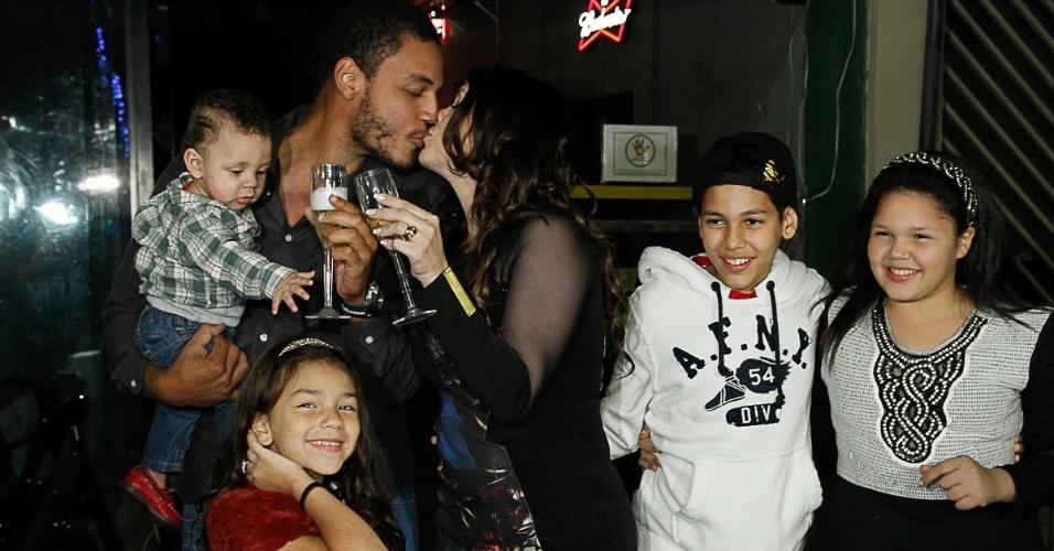 2.jul.2014 - Simony comemora seus 38 anos ao lado do marido, Patrick Silva, e seus quatro filhos em uma casa de karaokê de São Paulo, na noite desta quarta-feira