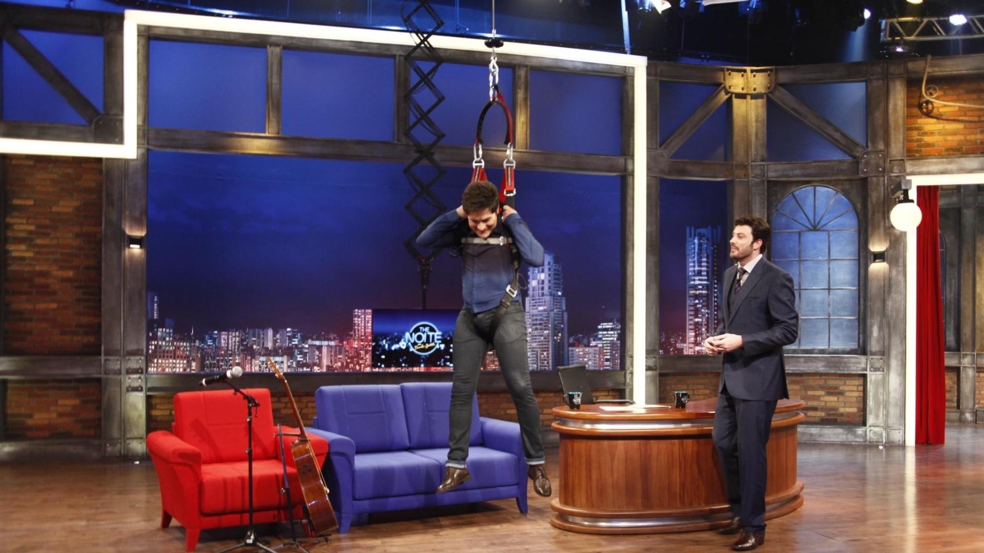 3.jul.2014 - Cantor Daniel faz rapel no palco do