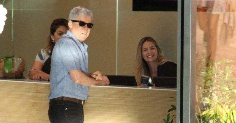 3.jul.2014 - Com pinta de galã, José Mayer posa com recepcionista em shopping do Rio
