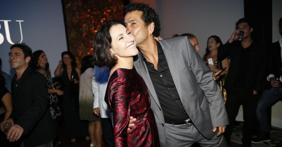 """3.jul.2014- Cássia Kis Magro ganha um beijo carinhoso de Marcos Palmeira na festa de """"O Rebu"""" no Rio"""
