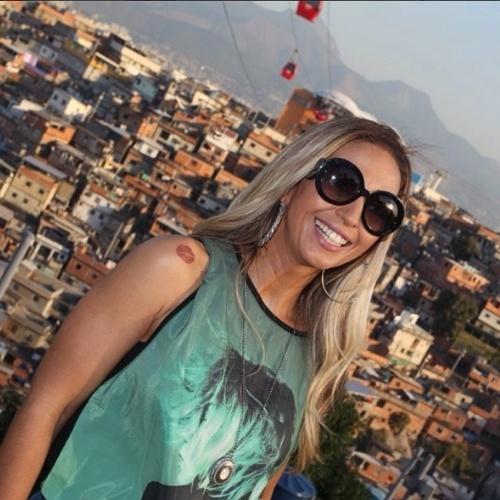 """3.jul.2014- Valesca Popozuda posa na comunidade do Complexo do Alemão, no Rio de Janeiro: """"Aqui me sinto em casa , aqui tenho amigos e paz!! Como eu amo isso tudo"""", escreveu"""