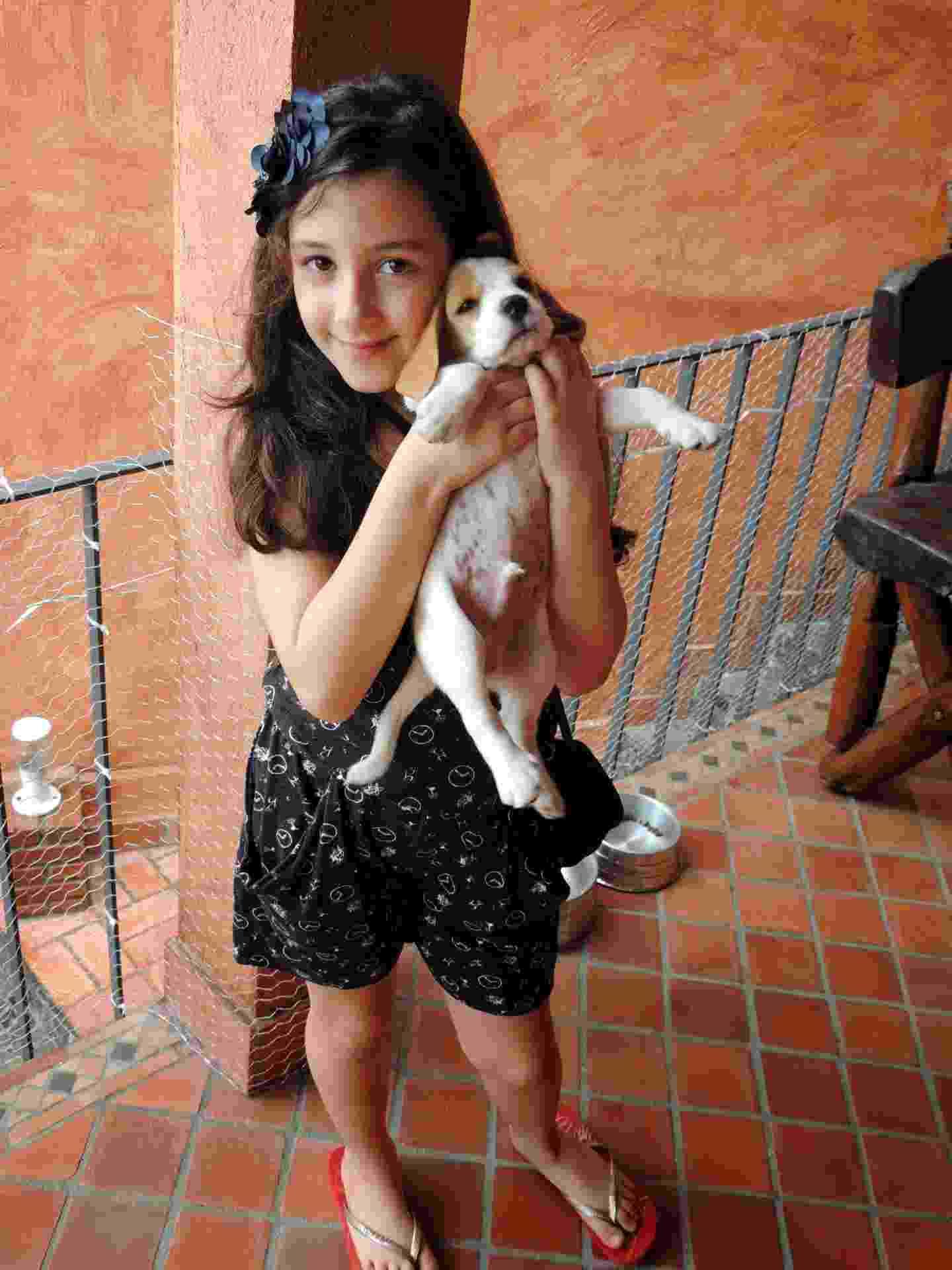 """Bianca, 7 anos, tem em casa o poodle Pompom, 5, e o beagle Sherlock, 8 meses. A editora de livros Angélica Pozzani, mãe da menina, diz que, apesar de a filha ser carinhosa, a relação com o animal mais velho é um tanto tumultuada. """"Nosso poodle é muito nervoso e temperamental e já a mordeu. Ela e o beagle, no entanto, adoram-se."""" Mesmo com os percalços, a mãe defende a convivência entre crianças e animais de estimação. ?Com os bichos, elas aprendem a ter respeito, a dar afeto."""" - Arquivo Pessoal"""