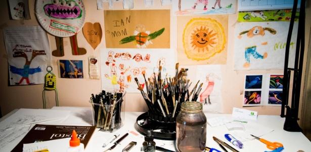 Detalhe da mesa de trabalho da cartunista da New Yorker, Roz Chast, em sua casa em Connecticut, EUA - Randy Harris/ The New York Times