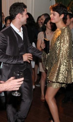 """3.jul.2014 - O casal Daniel de Oliveira e Sophie Charlotte dança durante a festa de lançamento da nova novela das 23h """"O Rebu"""" em Laranjeiras, no Rio de Janeiro"""