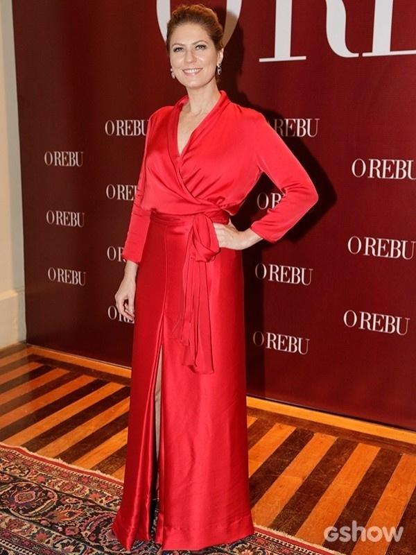 """3.jul.2014 - Patrícia Pillar, a """"dama de vermelho"""", como foi apelidada, chamou a atenção com seu vestido vermelho com fenda discreta e cintura marcada"""
