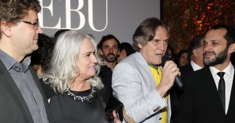 """3.jul.2014 - Vera Holtz acompanha o discurso de José de Abreu durante o lançamento da novela """"O Rebu"""" em Laranjeiras, no Rio de Janeiro"""
