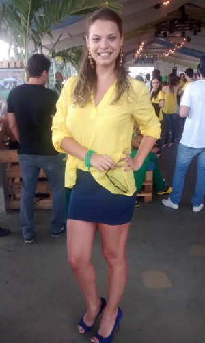 4.jul.2014 - A atriz Milena Toscano assiste á partida entre Brasil e Colômbia no Terraço Lagoa, no Rio