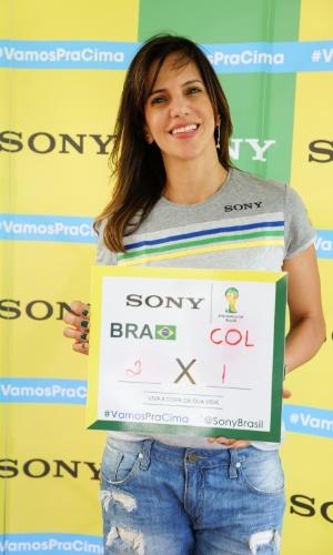 4.jul.2014 - A ex-jogadora de vôlei Virna aposta em vitória do Brasil por 2 a 1 contra a Colômbia. Ela está na Arena Castelão, em Fortaleza, para acompanhar a partida