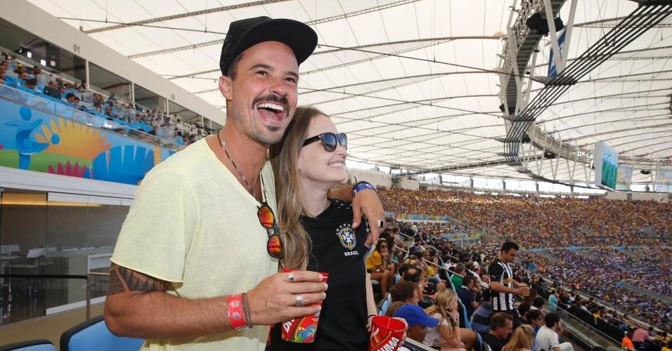 4.jul.2014 - Amigos, Paulinho Vilhena e Fernanda Rodrigues acompanham jogo entre França e Alemanha no Maracanã, no Rio de Janeiro
