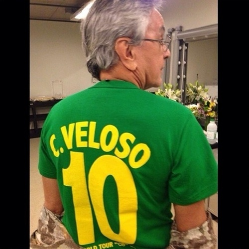 """4.jul.2014 - Caetano Veloso usa camisa personalizada com seu nome para torcer pelo Brasil, que joga contra a Colômbia nesta sexta-feira. """"Na torcida para o jogo de hoje. E depois da #Copa2014 voltamos com a turnê #AbraçaçoNoMundo. Ó paí o roteiro completo: on.fb.me/1nVBqdz. #AbraçaçoNoMundo, produzido por @unsproducoes. #CaetanoVeloso #Caetano #VaiBrasil"""", escreveu o cantor"""