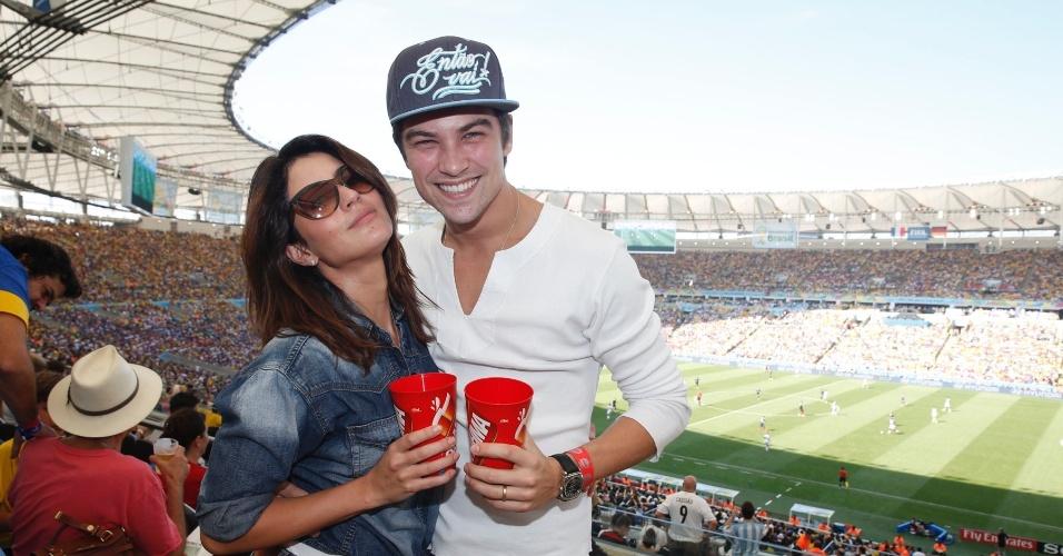 4.jul.2014 - Carol Castro e o marido, Raphael Sander, assistem ao jogo entre França e Alemanha no Maracanã, no Rio de Janeiro