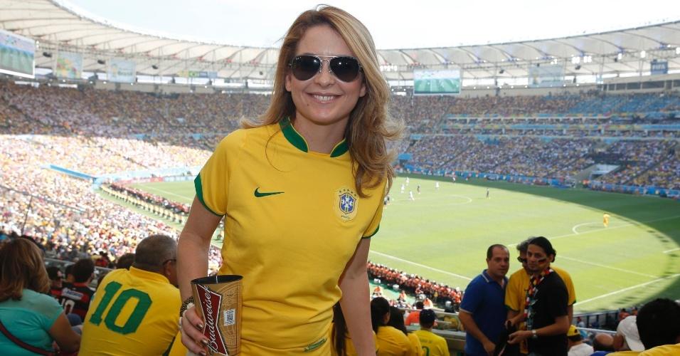 4.jul.2014 - Claudia Abreu acompanha jogo entre França e Alemanha do Maracanã, no Rio de Janeiro