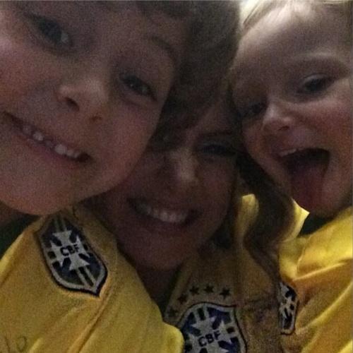 4.jul.2014 - Claudia Leitte posa ao lado dos filhos Davi e Rafael para comemorar a vitória do Brasil contra a Colômbia