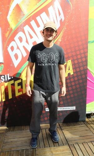 4.jul.2014 - Com camiseta da banda AC/DC, Gabriel Braga Nunes chega para assistir à partida entre França e Alemanha no Maracanã, no Rio de Janeiro