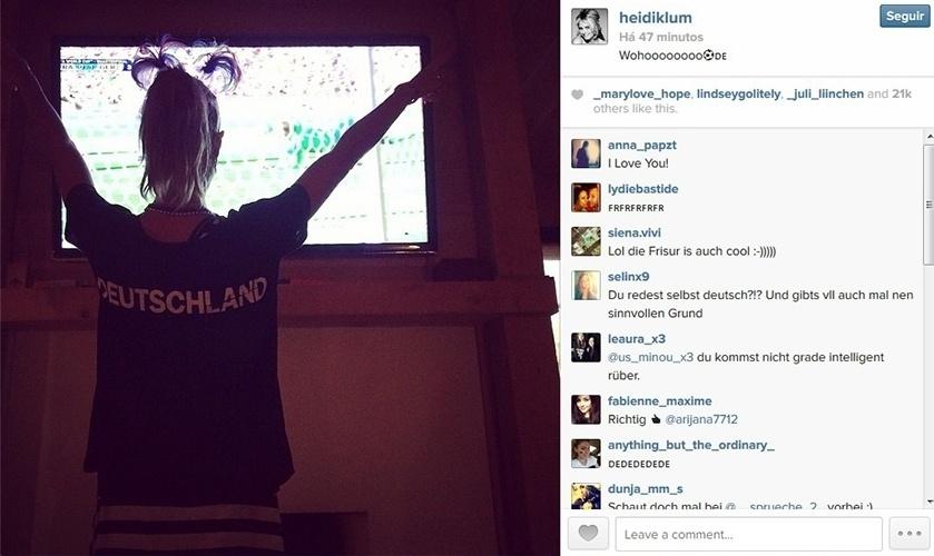 4.jul.2014 - Com tiara de plumas e camisa da seleção alemã, Heidi Klum torce por seu país natal, que joga contra a França no estádio do Maracanã, no Rio de Janeiro