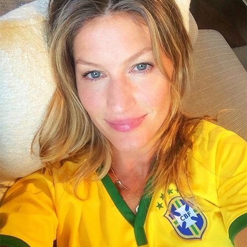 4.jul.2014 - Gisele Bündchen declarou sua torcida para o Brasil nesta sexta-feira. Sem maquiagem, a modelo postou uma foto com a camisa da seleção brasileira