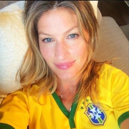 """4.jul.2014 - Gisele Bündchen faz selfie com a camisa do Brasil, antes do jogo entre a Seleção e a Colômbia na luta por uma vaga na semifinal da Copa. """"Ansiosa! Vamos que vamos meu Brasiiiiil!!!! #rumoaohexa #vaibrasil"""", escreveu a top"""